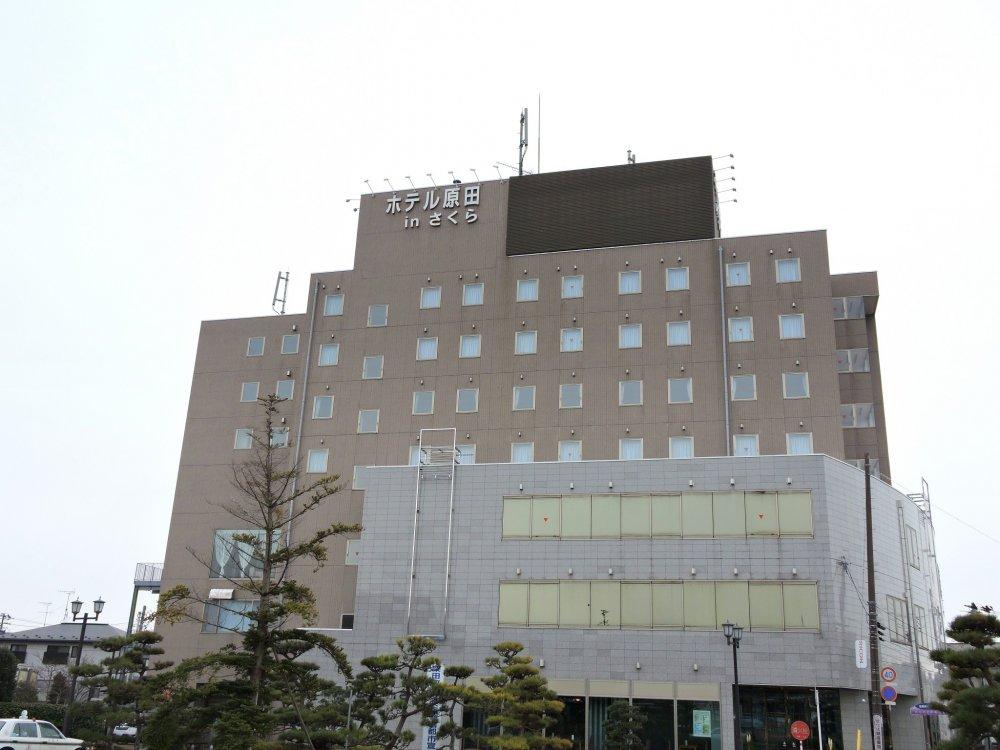 Вид на отель Harada in Sakura со станции JR Фунаока