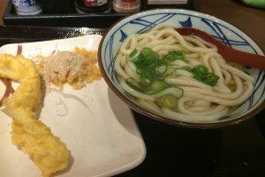 Semangkuk udon dan sepiring tempura