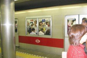 Lên tàu tuyến Midosuji