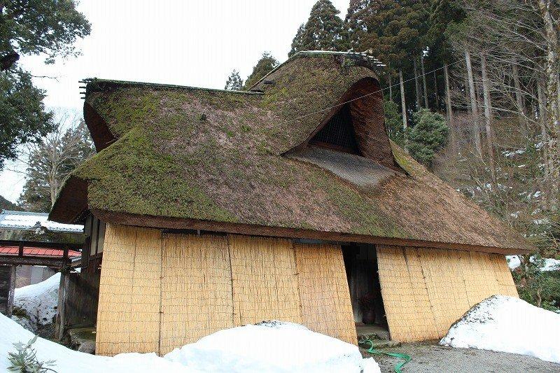真冬の千古の家。雪囲いがしてある