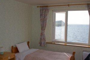 Phòng đẹp hai giường đơn nhìn ra biển