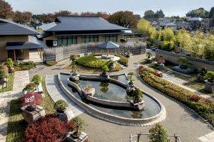 テラスからの盆栽庭園