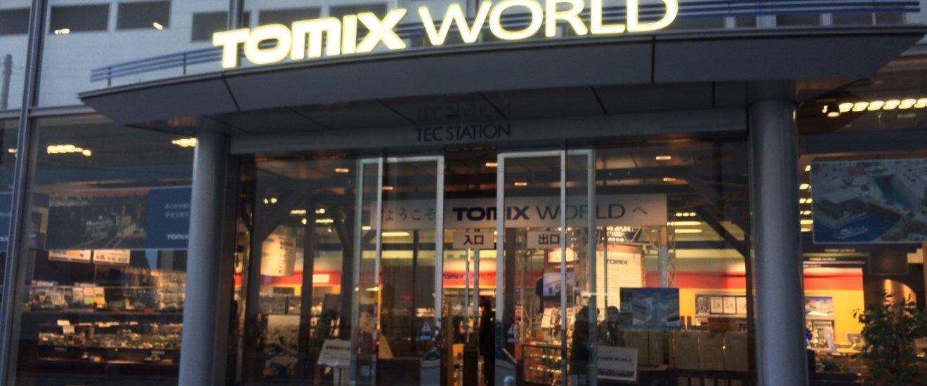 """大宮駅西口から徒歩3分の「トミックスワールドテック大宮」。向かいのビルには家電量販店の「ビックカメラ」がある。「ビックカメラ」のおもちゃ売り場で""""プラレール""""を見た後に、足を運んでも面白い。"""