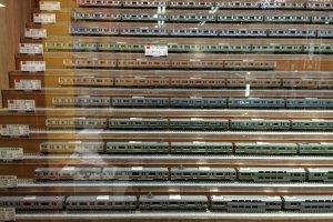 店内には「TOMIX]の鉄道ジオラマの車両もたくさん並んでいる。比較して、中からお気に入りのものをみつけるのも楽しい。