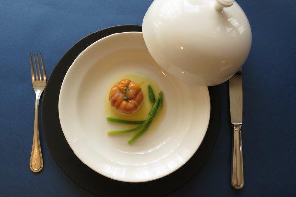 ある日のランチの魚料理 「平目のトマトソース」 ふたを開けた時、洗練された盛り付けにしばし見惚れてしまうだろう。