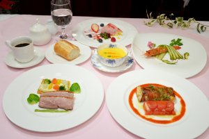 ある月の月替りランチ3240円 始まりから終わりまでわくわくしながら食事を楽しめそうな色鮮やかな料理。