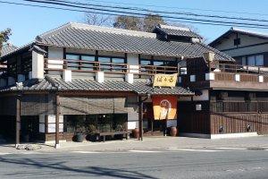趣のある日本家屋の佇まいで、お客様をお迎えする。建物西側には手入れの行き届いた樫の木が並ぶ。