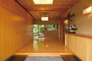 広くて開放感のある玄関。緑の庭を見渡すことが出来る。