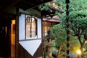 モダンな雰囲気の漂う庭。夕食時には、より素敵な空間に。