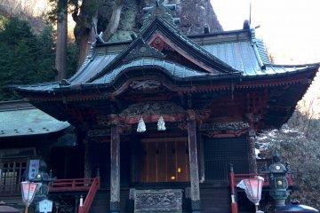 <p>Misugata rock balances precariously above the ancient shrine halls</p>