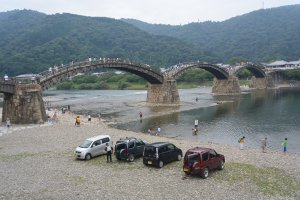 Pemandangan Jembatan Kintai dari pinggir jalan
