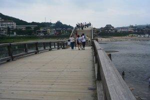 Banyak orang yang melintasi Jembatan Kintai sambil menikmati pemandangan di sekitarnya