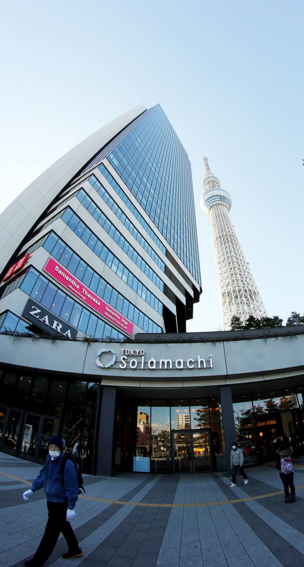 Вид торгового центра прямо возле Токио СкайТри