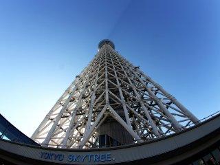 Посмотрим ближе на Токио СкайТри прямо у подножия башни, если поднять голову вверх