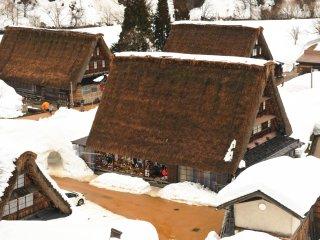 前日までの気温の上昇で屋根の雪は滑り落ち、道路の積雪も融けてしまった