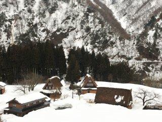 それでもほとんど雪の降らない土地に住む私には感動するに充分な雪景色だ