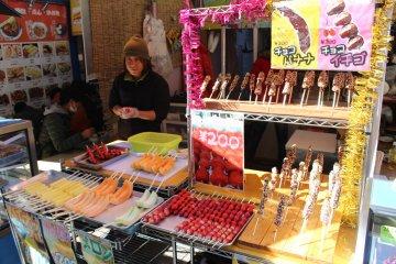 <p>Куча разнообразной еды в торговых рядах&nbsp;</p>