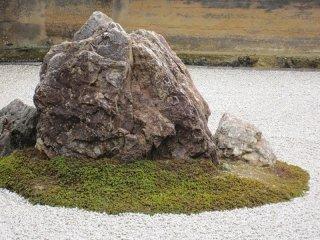 돌 정원에서 가장 큰 바위