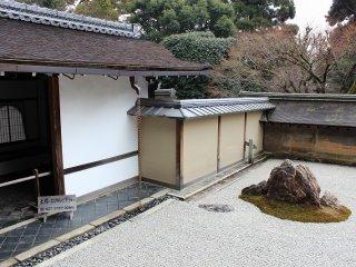 동남각측의 돌 정원