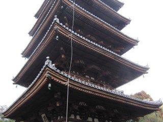 닌나지 5층탑 남서쪽에서. 와이어는 피뢰침으로부터
