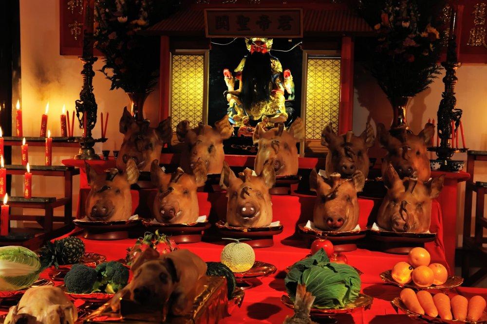湊公園の御存知、関帝の祭壇!馴染みの無い供物に驚嘆する!