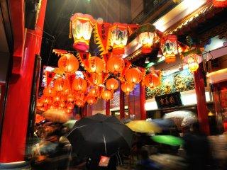 Des lanternes et parapluies colorés