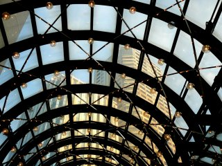 Через стеклянный потолок можно увидеть небоскребы