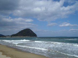 Vue de la montagne Shizuki sur la plage de Kikugahama