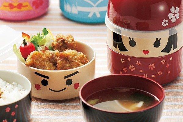 日本土産にも大人気の「こけし弁当」。大・小の2種類があり、柄もさまざまで選ぶのに迷ってしまいそう。蓋は汁椀にもなります。