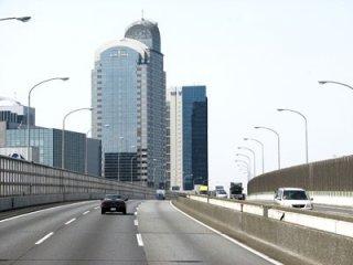 """Первые """"билдинги"""" увиденные нами по дороге из аэропорта Нарита в Токио"""