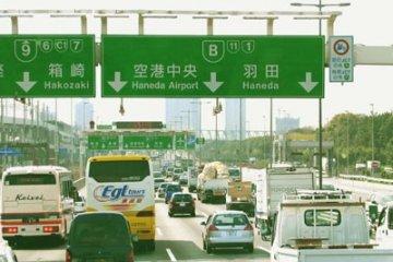 <p>Все ближе и ближе Токио. Но почему наше движение замедляется? Самые любопытные из нас встают со своих сидений в автобусе и идут вперед к месту водителя, что б посмотреть, что там - впереди. Вот что, оказывается, видит перед собой водитель нашего автобуса! А мы то - сидя в салоне и глазея по сторонам - недоумевали, почему по скоростному &quot;хайвею&quot; мы движемся со столь невысокой скоростью!</p>