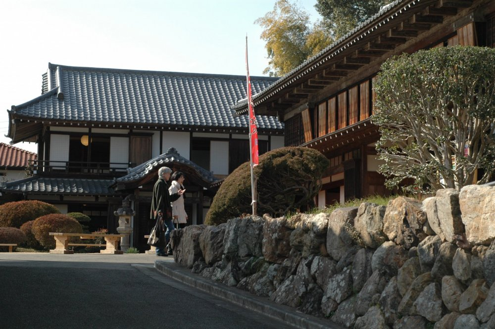 Upon entering, visitors can enjoy a spacious Japanese style garden that overlooks Kinchakuda.