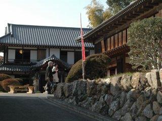 Khi bước vào, du khách sẽ được chào đón bởi khu vườn kiểu Nhật rộng rãi đối diện Kinchkuda