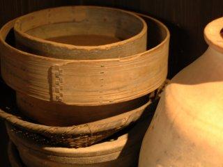 Một số vật dụng nhà bếp cũ như rây, giỏ, chum,...