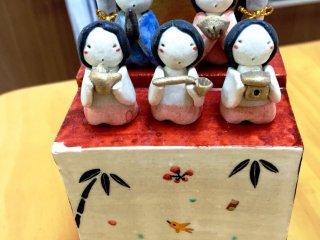 Подставка для кукол Хина - музыкальная шкатулка