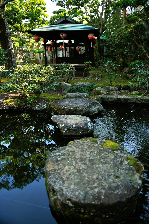 山水庭園池。訪れた時、緑の少ない枯葉の多い時期であるにもかかわらず手入れが行き届いていた
