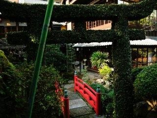 撮影位置より背面側が山水庭園に登る階段
