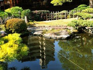 山水庭園側から花月本亭の龍の間を望む。庭園側からは龍の間は1階に見える