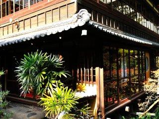 庭を流れる小川から本亭を見上げる。2階が大広間の龍の間