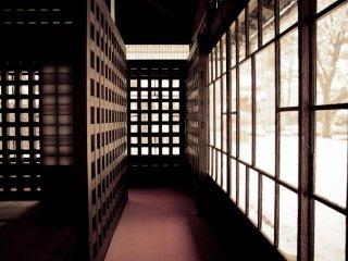 Внутри домов вы найдете номера и коридоры в традиционном японском стиле. Каждый дом имеет уникальные конструктивные особенности и дизайн.