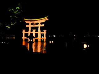 The torii gate from a different angle, with some lanterns in the foreground