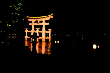 <p>The torii gate from a different angle, with some lanterns in the foreground</p>