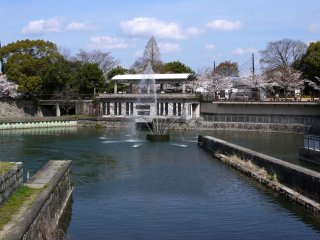 Fountain with Kyoto Zoo in the background at the Niomon-Dori end of the incline
