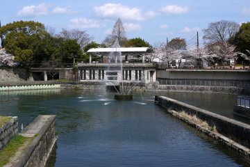<p>Fountain with Kyoto Zoo in the background at the Niomon-Dori end of the incline</p>
