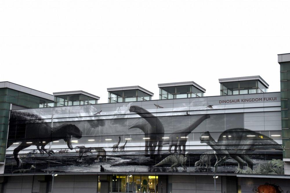 まずは、恐竜たちが雄叫びを上げて盛大に出迎えてくれるJR福井駅へと向かう