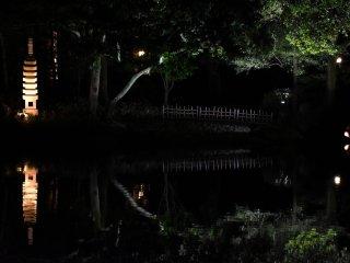 Uma lanterna de pedra, uma ponte, árvores... tudo estava refletido na superfície espelhada do lago!