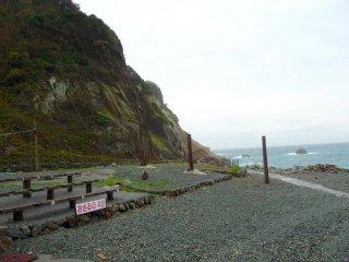 Bạn mua vé ở trên đỉnh đồi và sau đó đi bộ hoặc đi xe đưa đón xuống khu vực bãi biển, nơi các chú khỉ vui chơi.