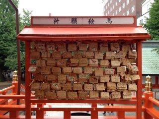 Kayu-kayu untuk menyampaikan doa di Kuil Hanazono