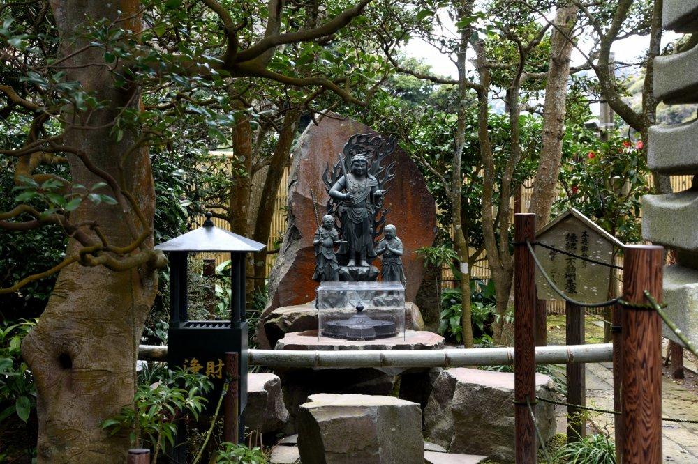 부동명왕 동상과 그 부숴진 일부들은 성취원 사찰의 한 구석에 세워져 있다