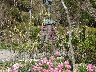 Một bức tượng Tomitaro Makino, nhà thực vật học sinh ra ở Kochi